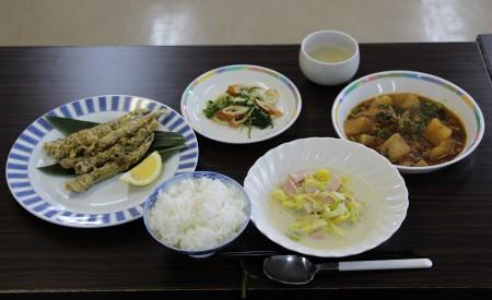 ごはん、ししやもの香味揚げ、大根の中華煮、水菜とちくわの辛子和え、キャベツの豆乳スープ!