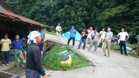 舞鶴支部長の経営や栽培状況を聞き、農機具などの施設を見学しました。