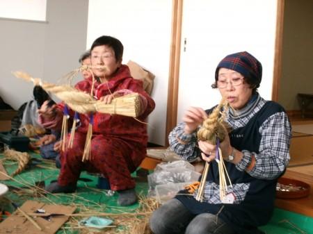 出来上がったしめ縄には前垂れ、紙誰、裏白、譲り葉、橙などを付けたました。