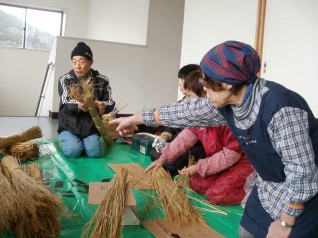 もち藁の袴を取り、きれいにします。
